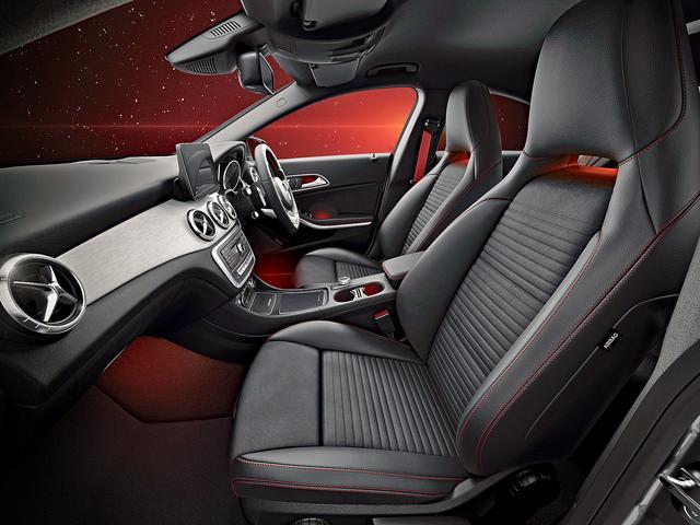画像: ナイトブラックの内装は、シートのステッチやシートベルトに赤色を採用している。
