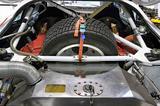 画像: リアゲートを開けると、巨大な燃料タンクとスペアタイヤが備わる。