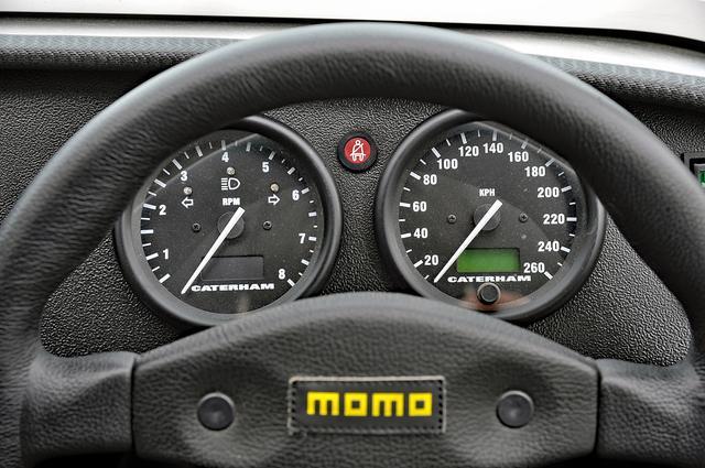 画像: ステアリングの奥にCATERHAMのロゴ入り大径タコメーターとスピードメーターが並ぶ。
