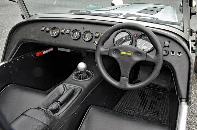 画像: シンプルなインパネ。ウインカーのレバーはシフト右上のスイッチ。ホーンボタンはステアリングの右脇。
