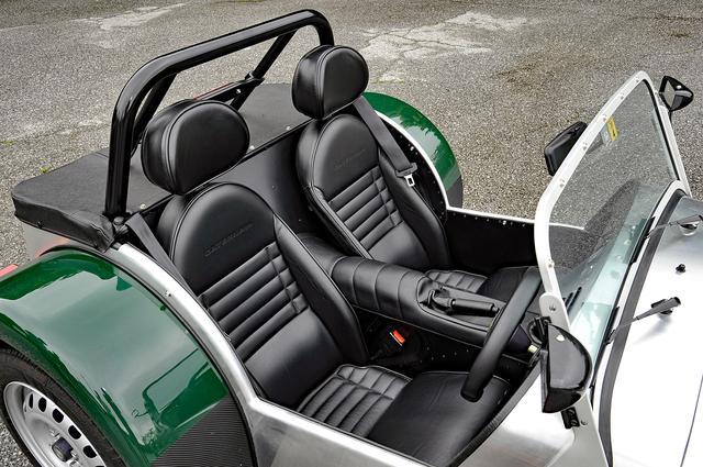 画像: 耐候性に優れたレザーシートはオプション。運転席のみ前後スライドするが、リクラインはしない。