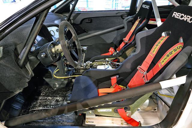 画像: シートはレカロ、ベルトはサベルト。コクピットはロールケージに囲まれている。