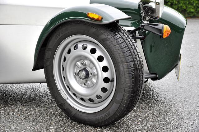 画像: パワーとのバランスでハイグリップではないエイボンZT5 タイヤを履く。ホイールはスチール製。
