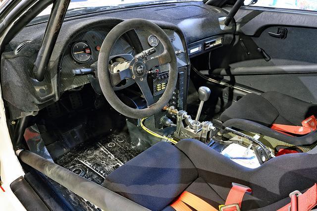 画像: フロアマットなどは剥がされているが、ダッシュボードにはパッドが張られている。