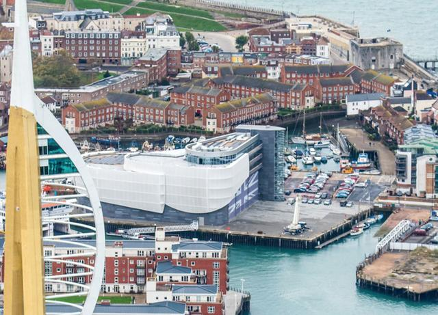画像: ランドローバーBARの拠点は、とても風光明媚な港町ポーツマスにある。