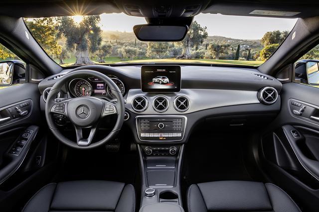画像: GLAのインパネまわり。ディスプレイに、車両傾斜角、方角などを示すオフロードスクリーンを追加。