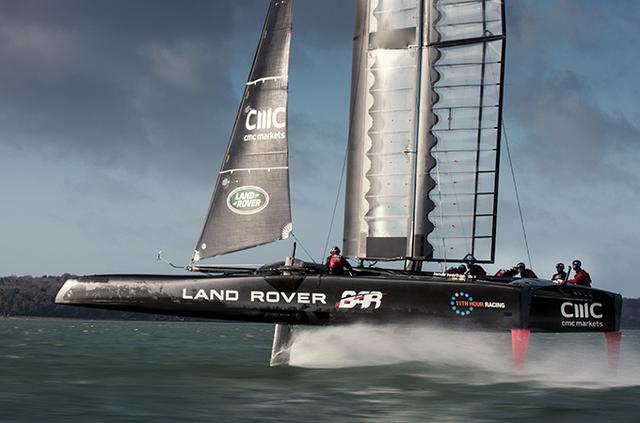 画像: 「フォイリング(飛ぶ)」ことで空気抵抗を減らし、効率よくスピードを上げることが可能になる。帆の代わりに翼(ウィングセール)を装備していることとあいまって、アメリカズカップクラスのボートが「水上戦闘機」といわれているゆえんがここにある。 www.landrover.co.jp