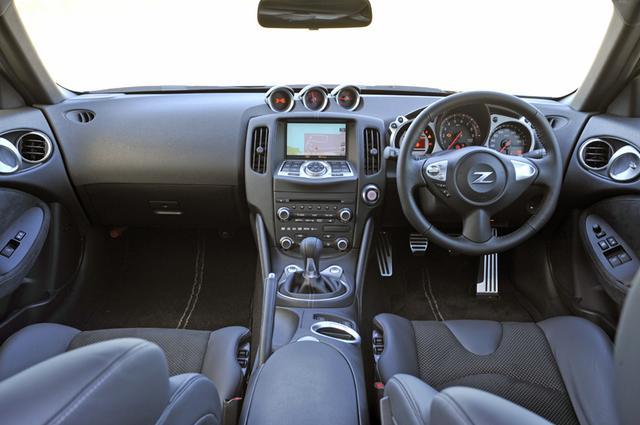 画像: MT車/AT車を問わず、シフトダウン時には自動でブリッピングしてエンジンとギアの回転を合わせる「シンクロレブコントロール」を採用。