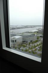 画像: たとえば会議室の窓の外には、ビーナスフォート越しに運河が見えるなど、おおらかな気持ちで働くことができそうだ。