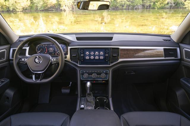 画像: ほかのフォルクスワーゲン車とは異なるテイストのインテリア。北米市場のニーズに応えて、すっきりとしたデザインとなっている。