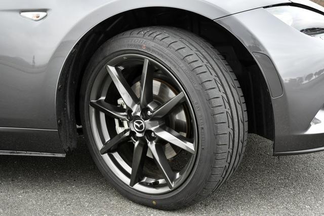 画像: RSはガンメタの17×7Jアルミと205/45R17タイヤが標準。RS専用オプションでブラックメタのBBS社製鍛造アルミホイールも選択できる。