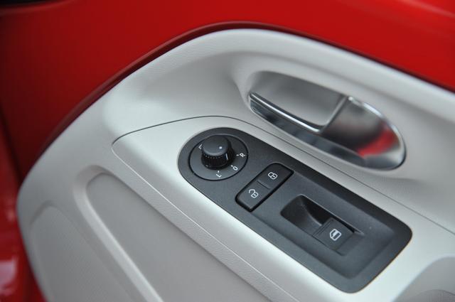 画像: 運転席ドアに配置された操作部。時々、ここに助手席用パワーウインドウスイッチがないのを不便に感じることがある(注:これはMMアップ!号が初期モデルのため。その後に実施された仕様変更で、運転堰ドアには助手席ドアウインドウ用のパワーウインドウスイッチも装備されるようになっている)。