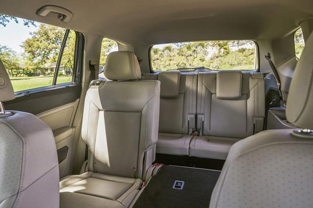 画像: 全長約5mのボディの室内には十分な広さを確保。オプションで3列シートをオーダーすることもできる。