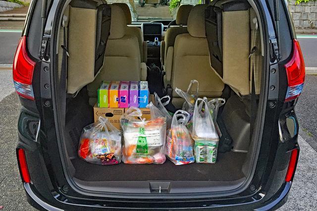 画像: スーパーで買い物した荷物を積むと、スペースに余裕がありすぎるくらい。2列目がベンチシートのほうが、仕切りになって便利かも…。