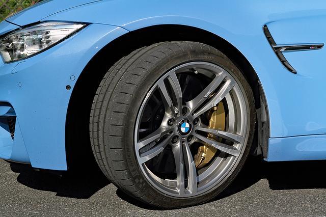 画像: タイヤは前後異サイズのミシュラン・パイロットスーパースポーツ。最新モデルは19インチになる。