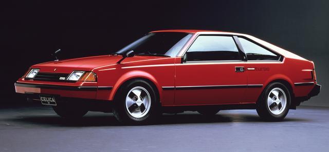 画像: 3代目セリカ(A60系)は1981年7月にデビュー。ボディタイプはノッチバッククーペとリフトバック(写真)。ポップアップ式のヘッドランプから通称「ヒラメ」と呼ばれた。