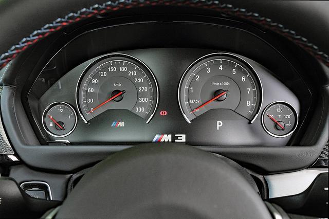 """画像: 視認性の高いメーター。""""M3""""のロゴが表示されている部分はインフォメーションディスプレイとなる。"""
