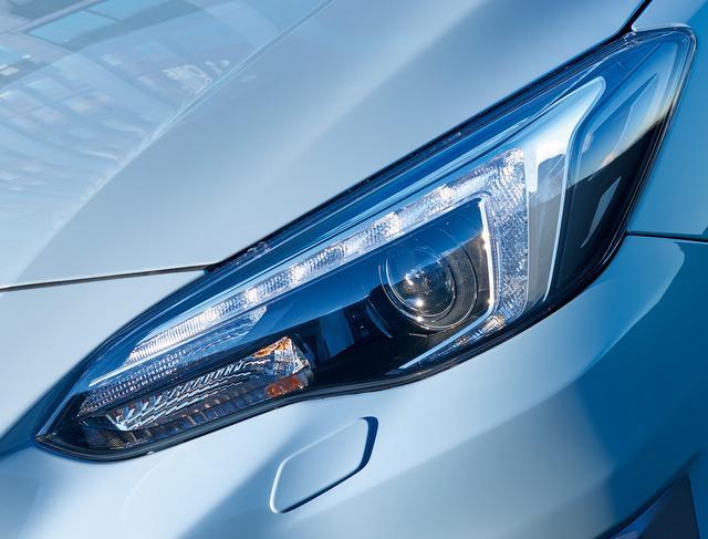 画像: XV のヘッドライトもホークアイ。ウインカーをヘッドライトユニットの外に配置することで、ヘッドランプの眼力を強く演出。