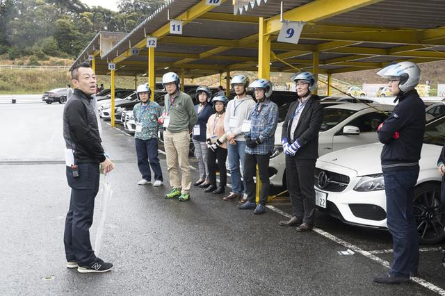 画像: 経験豊富な5名のインストラクターが各セクションで、走行ごとにていねいかつ的確に参加者にアドバイスをしてくれる。