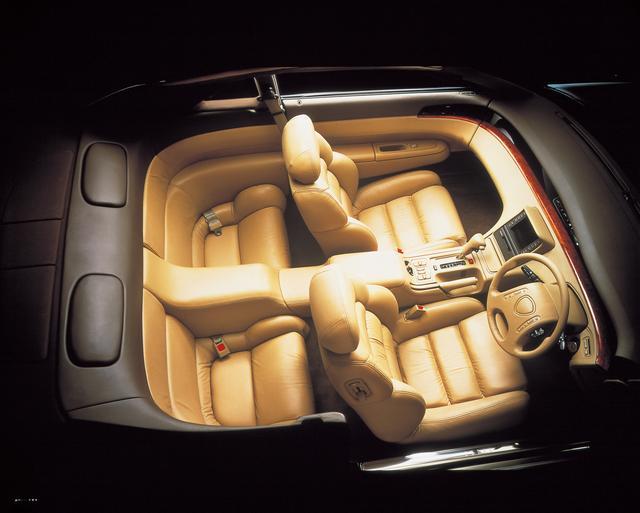 画像: 電動リクライニング、電動スライドが運転席と助手席に、電動チルト、電動ランバーサポート、電動サイドサポートを運転席に装備。