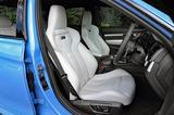 画像: M3、M4ともフロントシートはヘッドレスト一体型のバケットタイプ。ハードなコーナリングにも対応する。