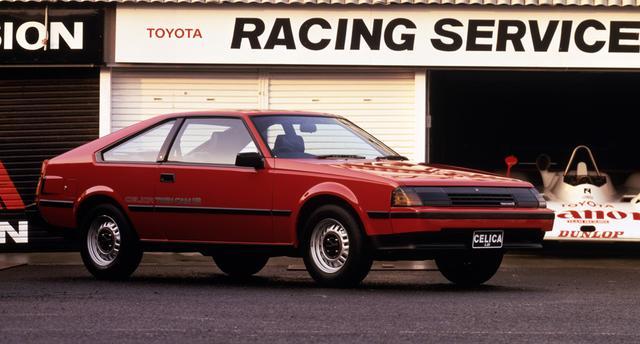 画像: 1983年8月のマイナーチェンジでリトラクタブルヘッドランプに変更(通称「ブラックマスク」)。60偏平タイヤやドアミラーを標準装備したほか、1.6ℓ車にはAE86レビン/トレノでおなじみの4A-GEU型エンジンを搭載。