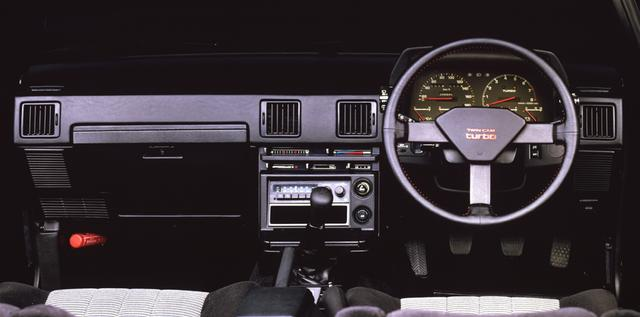 画像: ステアリングのセンターパッドには「TWINCAM turbo」の文字が燦然と輝く。オプションでデジタルメーターも選択可能だった。