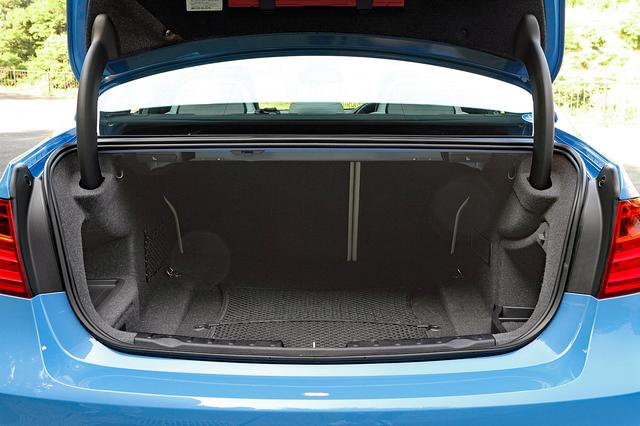 画像: トランク容量は、写真のM3が480L、M4が445L。ベースの3/4シリーズ同様、けっこう実用性は高い。