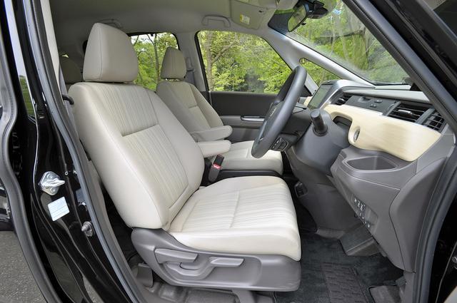 画像: 内装色はベージュ。1列目も内側にアームレストが備わる。運転席の座面は高さ調節付き。