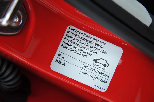 画像: タイヤ空気圧が適正値に保たれているかどうかは、給油時に適宜確認するようにしている。MMアップ!号の場合は、2人乗車と軽積載という条件で指定されているフロント2.0バール、リア1.8バールに合わせている。