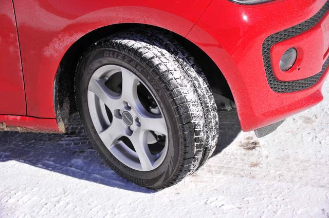 画像: 2シーズン目を迎えたブリヂストン製スタッドレスタイヤ、ブリザックVRX。5本スポークホイールは、スタッドレスタイヤ装着用として選んだボルベット製タイプFホイール。夏タイヤ用にも使用したいぐらい気に入っている。