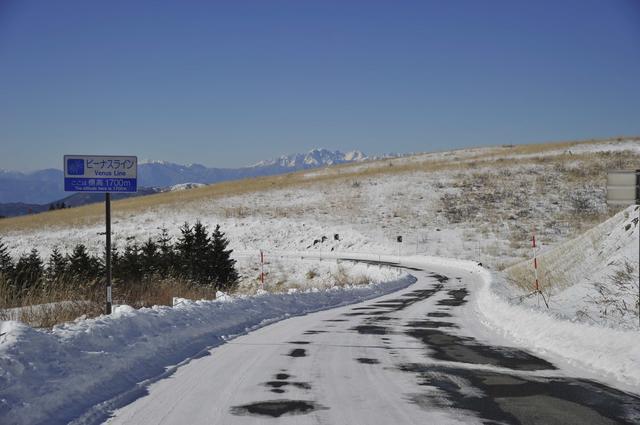 画像: 快晴に恵まれた状態のビーナスライン。除雪が行き届いたこうした路面なら、ブリヂストンのスタッドレスタイヤVRXを装着したMMアップ!号なら、ほぼ不安なく走ることができる。ただし気温が下がる夜間などで凍結した路面を走行するような場合には、より慎重な運転が求められることはもちろんである。
