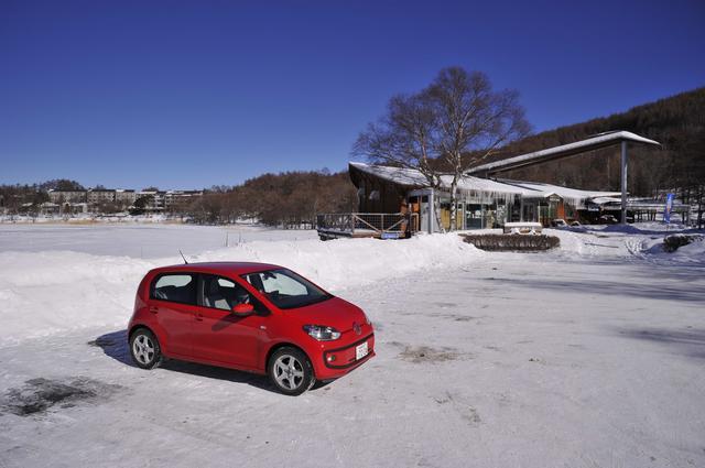 画像: 女神湖の駐車場にたたずむMMアップ!号。あいにく今シーズンは、コンディションの問題で女神湖の凍結湖面上での特設コース試乗は全面的に中止となってしまったので、この日は周辺道路を使っての雪上試乗取材が行われた次第。今月は取材のお供に出かける機会が多く、稼動日数は多くない割に走行距離は伸びた。それと運行記録ノートに記されるトリップメーターの値に誤りが多い。メーターの表示が見にくいことも原因なのだろう。