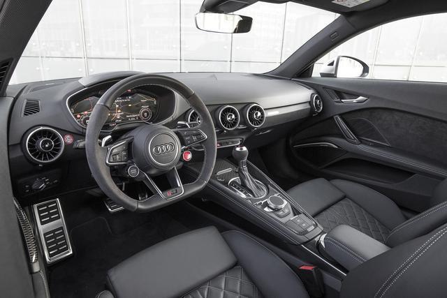 画像: スポーティなイメージでまとめられたアウディTT RSのコクピットまわり。まるでレーシングマシンのようにエンジンスタートボタンをハンドル上にセットする。