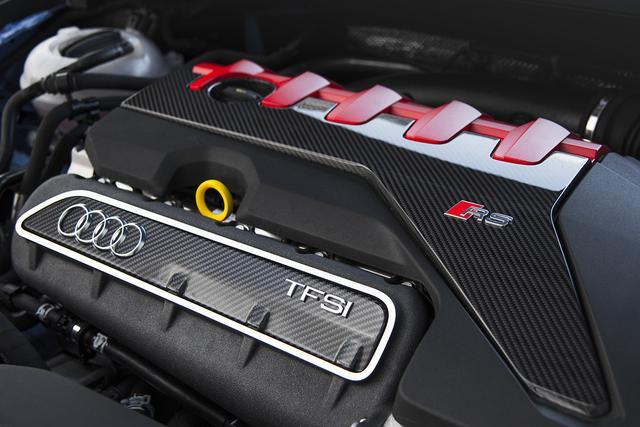 画像: アウディTT RSの搭載する2.5L 直5ターボは独特な排気音とともに感動的な走りを提供してくれる。大幅に改良が加えられ、400ps/480Nmまでスペックアップしている。