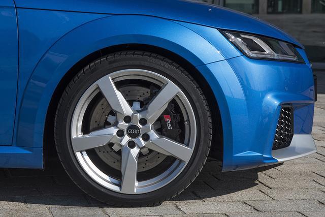 画像: TT RSの試乗車はコンチネンタルのコンチウインターコンタクトを装着。タイヤサイズは245/35R19で、ホイールサイズは9J×19。オプションで255/30R20も用意する。