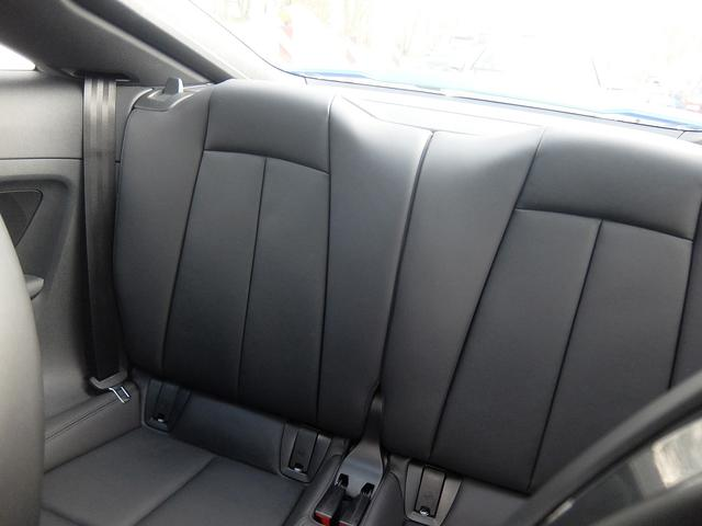 画像: リアにもプラス2的ではあるが2人分のシートを用意している。シートバックを倒すと荷室容量が拡大する。