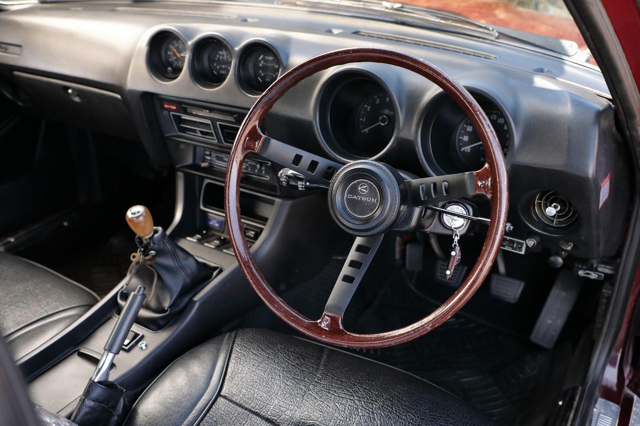 画像: 大径/細リムのウッドステアリングが現代のクルマとは異なる雰囲気を醸し出している。ラジオレス車だ。