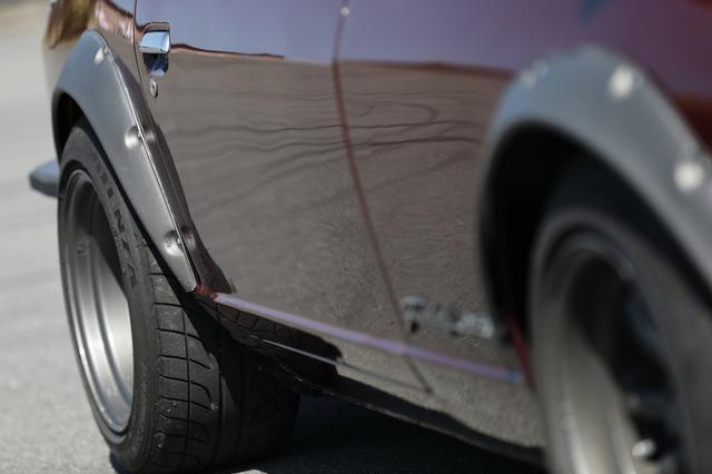 画像: オーバーフェンダー下に収まるタイヤはブリヂストン・ポテンザRE-01R。ハイグリップのスポーツタイヤを履く。