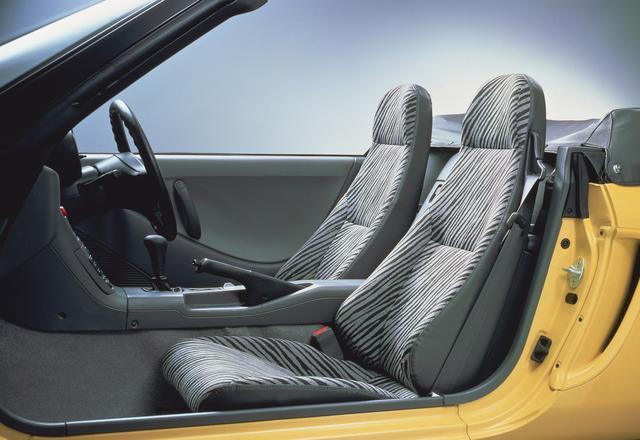 画像: 標準のゼブラ柄シート。アイポイントの低さがスポーツカーそのものだった。