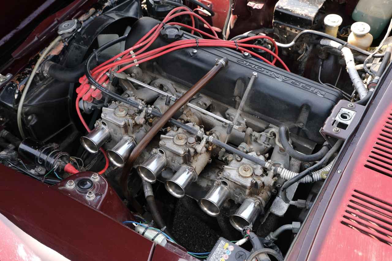 画像: エンジンはL28改を搭載。ウエーバーのキャブとタコ足が組み込まれる。最高出力は140psプラスα/5200rpmという。まるで生きもののようなアイドリングが新鮮。
