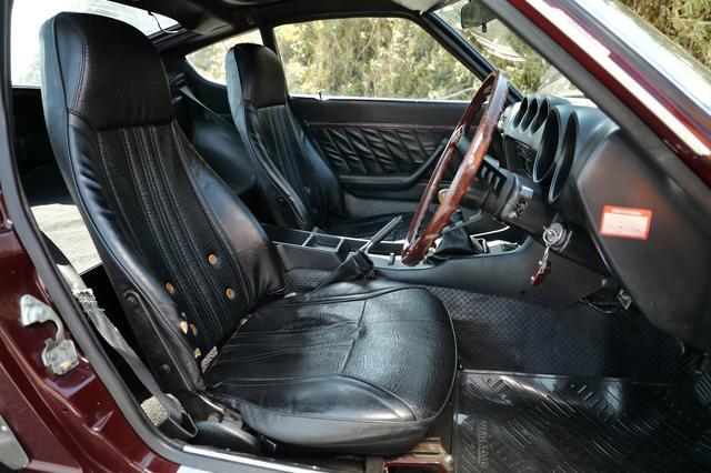 画像: シートはヘッドレスト一体型のセミバケットスポーツタイプ。乗車定員は2名。