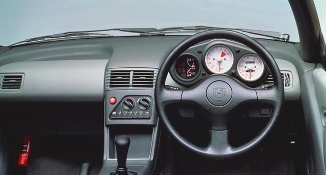 画像: 中央に回転計を持つ3連メーター。回転計は10000rpmまで刻まれていた。