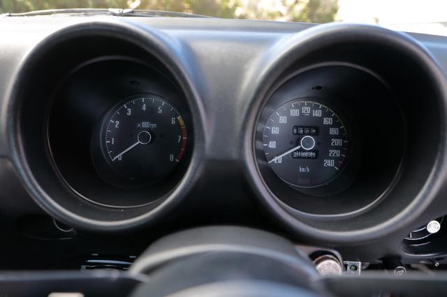 画像: 2眼タイプのメーターは、右に240km/hスケールの速度計、左に8000rpmまで刻まれた回転計。