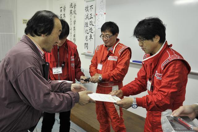 画像: 修了式では、ドライビングレッスンの修了証書が参加者全員に手渡された。