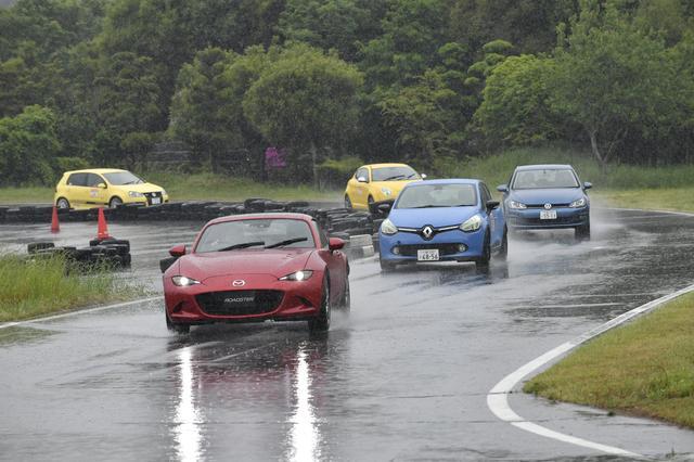 画像: 先導車(ロードスターRF)に続いてサーキットコースを走る先導走行では、コースのライン取りなどを学ぶ。