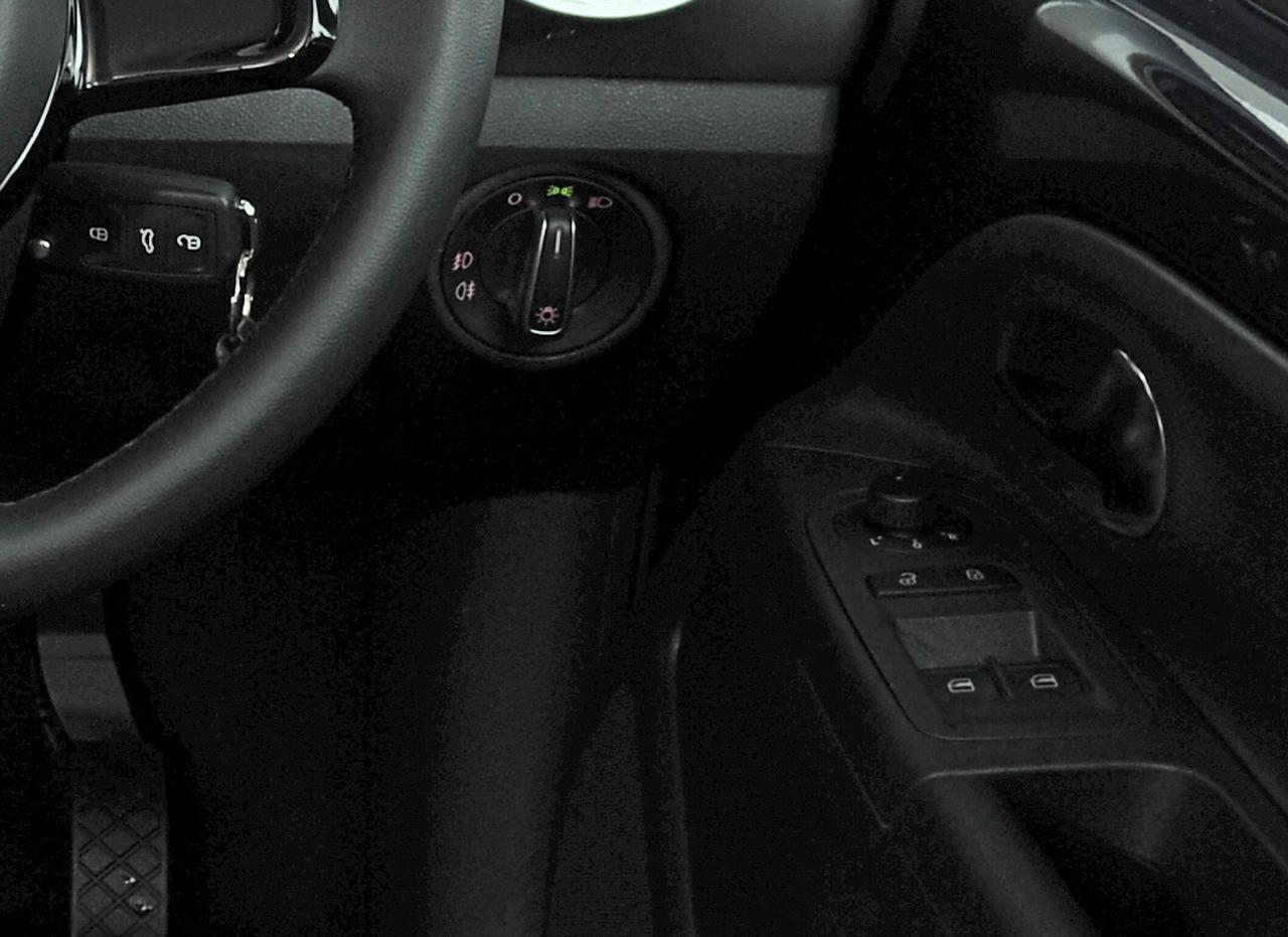 画像: 現行型アップ!の運転席側パワーウインドウスイッチ部。ごく普通な姿でパワーウインドウの操作スイッチが2つ並んでいる。初期型は運転席ドアに運転席ドアウインドウの操作スイッチ1コのみが配されているスタイル。