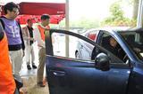 画像: マツダが考える正しいドライビングポジションをレクチャー。