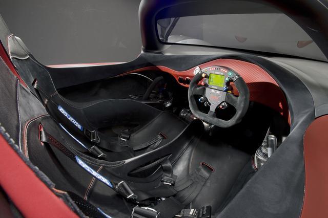 画像: フルバケットシート2脚が組み込まれたコクピット。インパネはレーシングカーのようにシンプル。