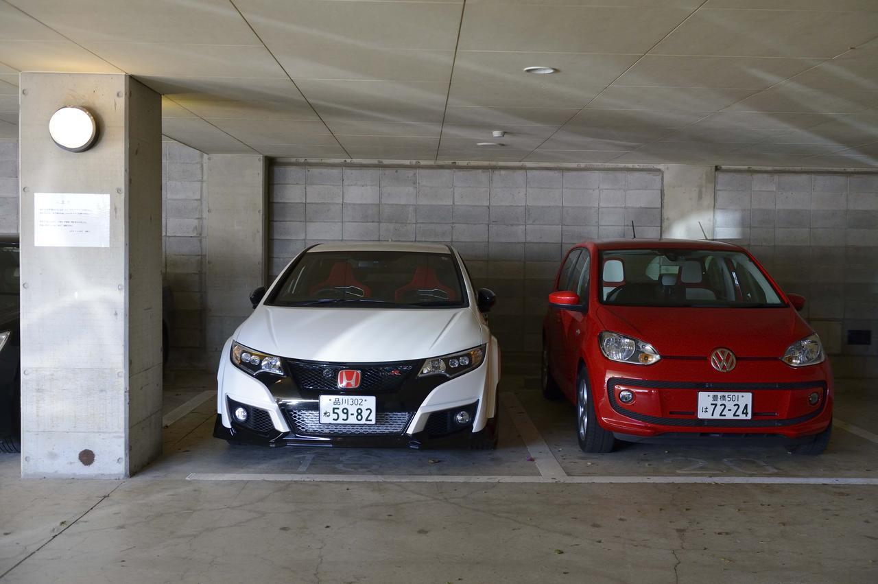 画像: これはちょっと前の取材時に撮影してもらったカット。駐車場で並んだシビックタイプRとMMアップ!号の2ショットシーン。クラスが異なるから当然とはいえ、それにしてもボディ全幅の差にはちょっと驚かされた。